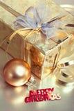 De samenstelling van Kerstmis met giftdoos en snuisterij Stock Foto