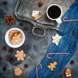 De samenstelling van Kerstmis Peperkoek, suikergoedriet en koffiekop op donkere achtergrond Het concept van het nieuwjaar Royalty-vrije Stock Afbeelding