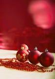 De samenstelling van Kerstmis Rode Snuisterijen op Rode Achtergrond Royalty-vrije Stock Foto's