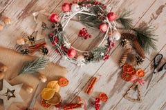 De samenstelling van Kerstmis Vakantiedecoratie met kroon Royalty-vrije Stock Afbeeldingen