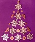 De samenstelling van de Kerstmisvakantie Het feestelijke creatieve patroon, de Kerstmis houten sneeuwvlokken en de houten knopen  Stock Foto