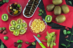 De samenstelling van kiwifruit en gedroogd fruit Stock Foto's