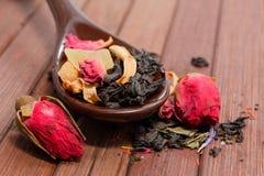 De samenstelling van natuurlijke thee met nam toe Macrofoto van theebloemblaadje Royalty-vrije Stock Foto