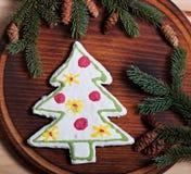 De samenstelling van Nieuwjaar` s koekjes en spar vertakt zich op een houten achtergrond Royalty-vrije Stock Afbeelding