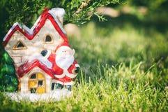 De Samenstelling van de nieuwjaarwinter Kerstman` s huis, stuk speelgoed Kerstman onder de boom Royalty-vrije Stock Fotografie
