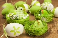De samenstelling van Pasen met kip en eieren Stock Afbeeldingen