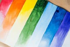 De samenstelling van de regenboogwaterverf in gescheiden strepen stock foto's