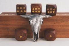 De samenstelling van trinket van een stieren` s schedel en dobbelt Royalty-vrije Stock Afbeeldingen
