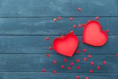 De samenstelling van de valentijnskaartendag: giftdozen met bogen en harten stock afbeeldingen