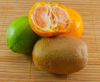 De samenstelling van vers fruit stock fotografie