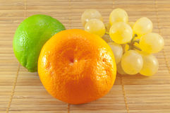 De samenstelling van verse en sappige vruchten stock afbeelding