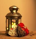 De samenstelling van de de wintervakantie met tin grijze decoratieve lantaarn op houten achtergrond stock afbeeldingen