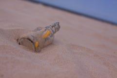 De samenstellingen van het strand. Botlle die door het water wordt gebracht Royalty-vrije Stock Afbeeldingen