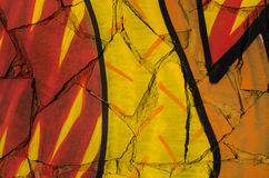 De samenvatting kleurde textuur in de vorm van een geschilderde rode oranje en gele verf op de muur van gebroken tegels Stock Foto