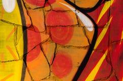 De samenvatting kleurde textuur in de vorm van een geschilderde rode oranje en gele verf op de muur van gebroken tegels Stock Afbeelding