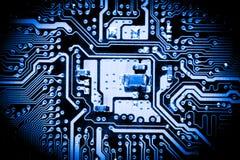 De samenvatting, sluit omhoog van Elektronische Kringen in Technologie op Mainboard-computerachtergrond stock foto's