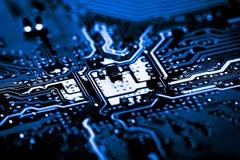 De samenvatting, sluit omhoog van Elektronische Kringen in Technologie op Mainboard-computerachtergrond stock afbeelding