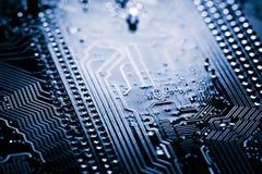 De samenvatting, sluit omhoog van Elektronische Kringen in Technologie op Mainboard-computerachtergrond stock afbeeldingen