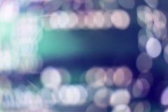 De samenvatting vaag van het blauwe en zilveren schitteren glanst de achtergrond van bollenlichten: onduidelijk beeld van de deco royalty-vrije stock afbeelding