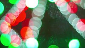 De samenvatting Vage Achtergrond van Bokeh van Kerstmislichten van Kerstmisboom en Slinger Het concept van de de wintervakantie stock footage
