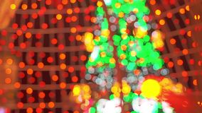 De samenvatting Vage Achtergrond van Bokeh van Kerstmislichten van Kerstmisboom en Slinger Het concept van de de wintervakantie stock videobeelden