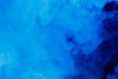 De samenvatting van het plonswater Blauwe inktachtergrond royalty-vrije stock foto's