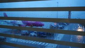 De samenvatting van de vliegtuiglading vertroebelde beeld door het venster met de dalingen van dalende regen stock footage