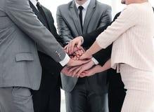 De samenwerking van het succesconcept: een vriendschappelijke commerciële team status Stock Foto's