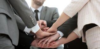 De samenwerking van het succesconcept: een vriendschappelijke commerciële team status Royalty-vrije Stock Afbeelding