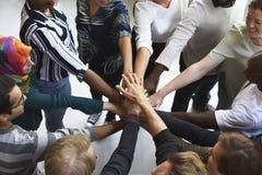 De Samenwerkingshanden van het bedrijfsmensengroepswerk samen stock afbeeldingen