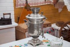 De samovar op de lijst Royalty-vrije Stock Afbeeldingen