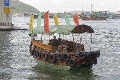 De sampan tert -toeterenen-kong binnen haven toe Royalty-vrije Stock Fotografie