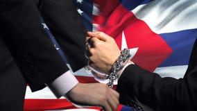 De sancties Cuba van Verenigde Staten, geketende wapens, politiek of economisch conflict stock videobeelden