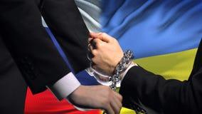 De sancties de Oekraïne van Rusland, geketende wapens, politiek of economisch conflict, zaken stock footage