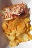 De Sandwich en de Spaanders van het zeekreeftbroodje Stock Afbeelding