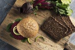 De sandwich van de bietenhamburger op een lijst royalty-vrije stock foto's