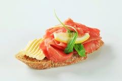 De sandwich van Carpaccio van het rundvlees stock afbeelding