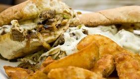 De Sandwich van Cheesesteak met Gebraden gerechten Stock Afbeeldingen