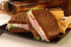 De sandwich van de ham en van de kaas met spaanders Stock Afbeeldingen