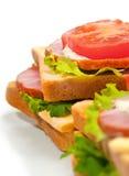 De sandwich van de ham met kaas, tomaten en sla Stock Foto's
