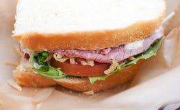 De sandwich van het braadstukrundvlees met wit brood Royalty-vrije Stock Foto's