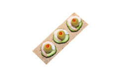 De sandwich van het knäckebrood met garnalen, olijf en komkommer Stock Afbeeldingen