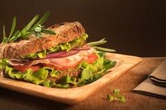 De sandwich van het roggebrood voor gezonde snack Stock Afbeeldingen