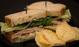 De sandwich van Turkije en van het bacon met rimpelingsspaanders Royalty-vrije Stock Fotografie