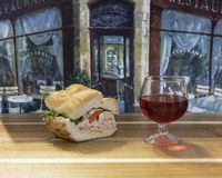 De Sandwich van Turkije met een glas rode wijn Royalty-vrije Stock Foto