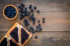 De sandwiches met bosbessenjam voor ontbijt op donkere houten hoogste mening als achtergrond kopiëren ruimte royalty-vrije stock afbeelding