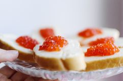 De sandwiches met rode kaviaar liggen Close-up, selectieve nadruk royalty-vrije stock afbeelding