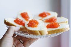 De sandwiches met rode kaviaar liggen op een plaat royalty-vrije stock fotografie
