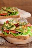 De sandwiches met verse sla, gesneden tomaat, roosterden courgettedille en knoflook Royalty-vrije Stock Foto's