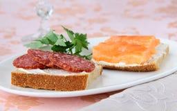De sandwiches van Canape met zalmsalami Stock Foto